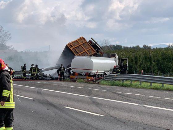 Fallece un camionero de 56 años, al colisionar un camión cisterna con 25 mil litros de gasolina con otro de desechos.